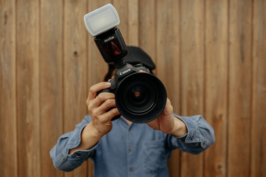 Godox Speedlite gemonteerd op een Canon camera