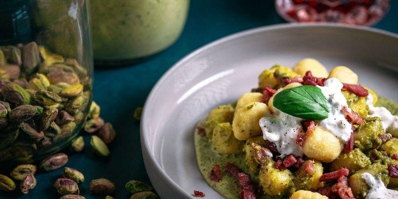 Gnocchi met pistachepesto, spekjes en burrata Op Mijn Talloor Food Fotografie Kookworkshops